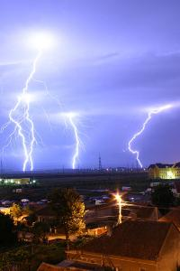 400px-Lightning_over_Oradea_Romania_2.jpg
