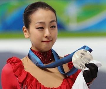 銀メダルを手にする浅田真央選手(時事通信)
