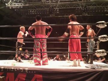 試合終了後に王者・伊東(一番右)らに食ってかかる竹田(一番左)