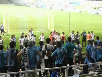 試合終了後の挨拶。選手達も厳しい面持ち。