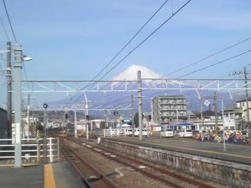 富士川駅から沼津方向へ富士山を眺める