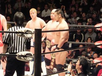 関本・岡林両選手がアジアタッグのベルトを巻いて登場