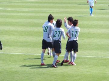 先制点を挙げた佐藤選手(18番)を祝福する岐阜の選手達