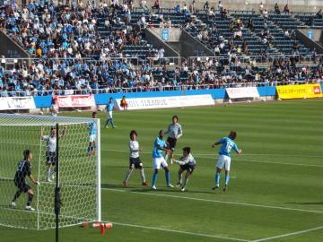 後半は果敢に攻め立てた横浜FCだが、ゴールは遠い・・・