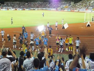 試合終了後の挨拶。前節に引き続き「横浜」コールで励ます。
