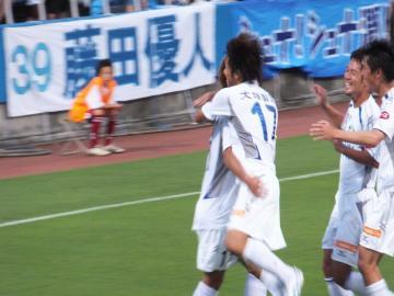 先制点を挙げた津田選手に駆け寄る徳島の選手達