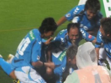 劇的な「ブザービーター弾」で喜びを爆発させる横浜FCイレブン
