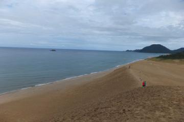 砂丘の「馬の背」から日本海を眺める