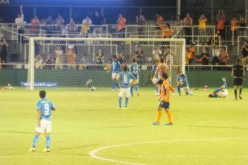 愛媛の斎藤学にゴールを許しガックリする横浜FCの選手達