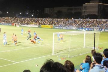 先制された横浜FC。セットプレイで何度も愛媛ゴールに攻勢を掛けるが・・・
