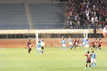 途中出場の上原がセットプレイからゴールを決め札幌の決勝点を挙げる