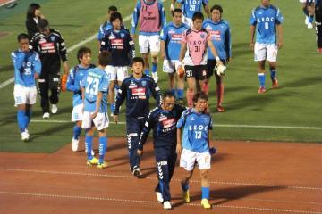 結果を残せず沈痛な表情をする横浜FCイレブン