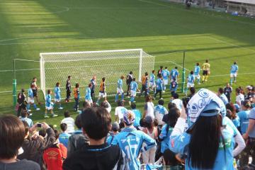 挨拶を済ませ引き上げる横浜FCイレブン。一様に元気が無い・・・