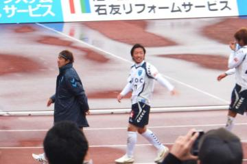 勝利後のゴール裏での挨拶を終え引き上げる寺田選手。はたして、これが「最後」なのか・・・?
