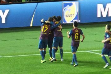 メッシがダメ押しとなる4点目を挙げ、喜びを分かち合うバルセロナの選手達