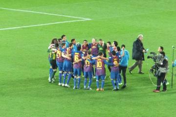 試合が終わり、バルセロナの選手達が歓喜の円陣を組む