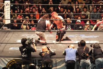第4試合を終えて健闘を讃え合うMASADA(左)と竹田誠志