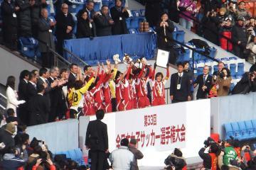 表彰式でトロフィーを掲げるINAC神戸イレブン