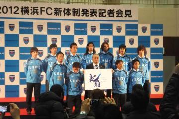 新体制発表にて、岸野監督と11人の新加入選手
