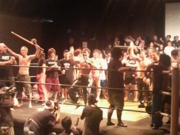 最後は「ビアガーデン」らしく、KO-D無差別級王者HARASHIMAの音頭で「乾杯」!