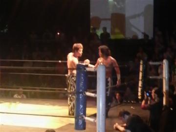 メインを制した佐々木大輔(右)が、次期挑戦者としてKO-D無差別級王者HARASHIMAに挑む事に