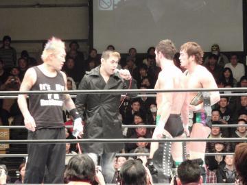 最近は新日本プロレスの大会にも顔を出しているNOSAWA論外(一番左)