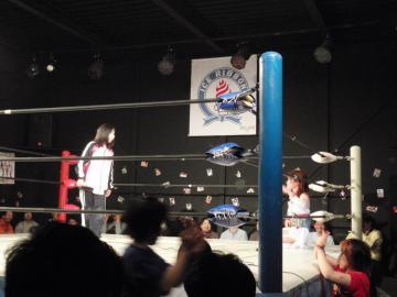 「新王者」松本都選手に食ってかかる、りほ選手(左)