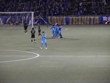 大黒のゴールで2-1と再度大分を突き放した横浜FC。選手達が大黒に駆け寄って祝福。
