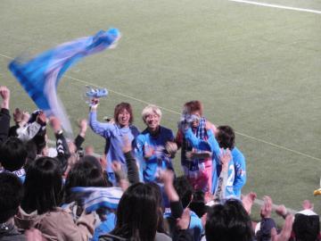 ビクトリーステージで歓喜する大黒ら横浜FC選手達