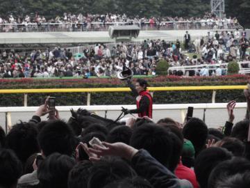 優勝したエイシンフラッシュ&内田博幸騎手がウィナーズサークルに引き上げてくる