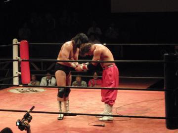 メインの試合が終わり、GENTAROと宮本裕向がお互いの健闘を讃え握手