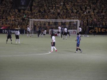 横浜FCが攻め立てて難波がシュートを放つも菅野の好守に阻まれる