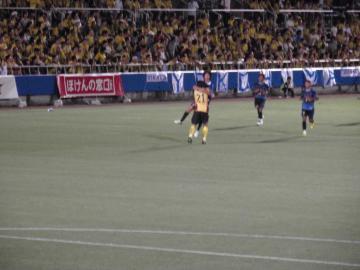 試合終了直前に貴重な同点ゴールを挙げた戸川がシュナ潤と喜びを分かち合う