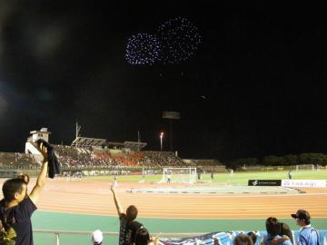 試合終了後に、一斉に花火が「祝砲」のように打ち上げられる