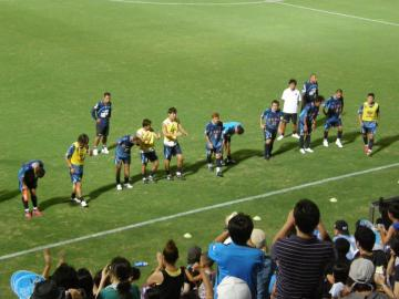 試合終了後の挨拶。メインスタンドでは「拍手」が多かったが・・・