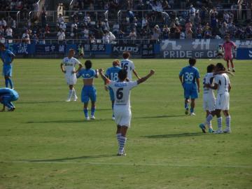 試合終了の瞬間、福岡の丹羽主将はガッツポーズ。一方の横浜FCの選手は結果に俯くばかり・・・