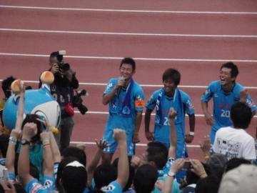 ビクトリーステージに並んだカズ、阿部、渡邉の3選手
