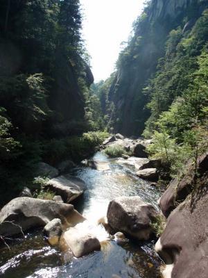 遊歩道から下流方向を眺めた昇仙峡の光景