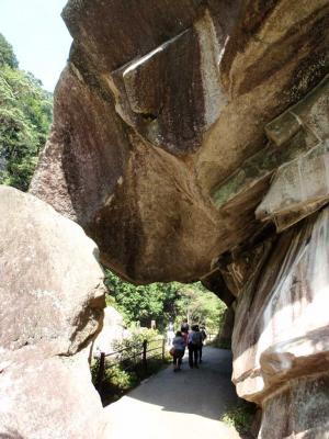 花崗岩が削られて自然のトンネルとなっている「石門」