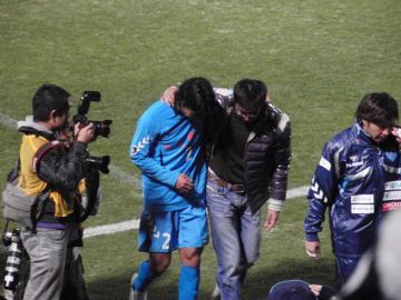 試合終了後の選手の出迎えに小山コーチが。早川選手と共に引き上げる、その表情が何とも悲しげ・・・