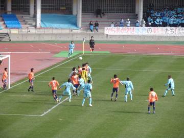 試合終盤までお互い無得点、最後はYSCCの攻撃時にGK浜村まで攻撃参加するが・・・