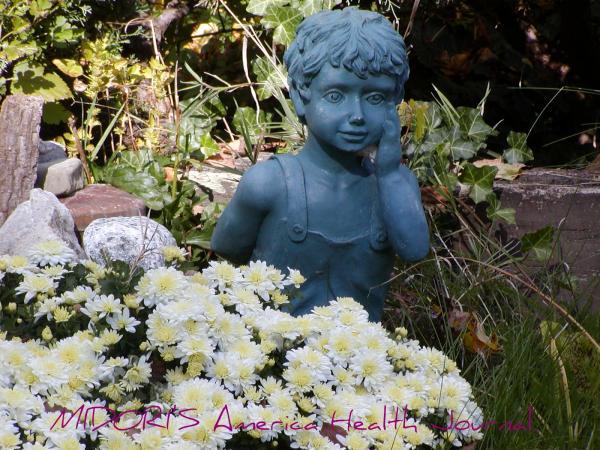 白い菊と男の子銅像
