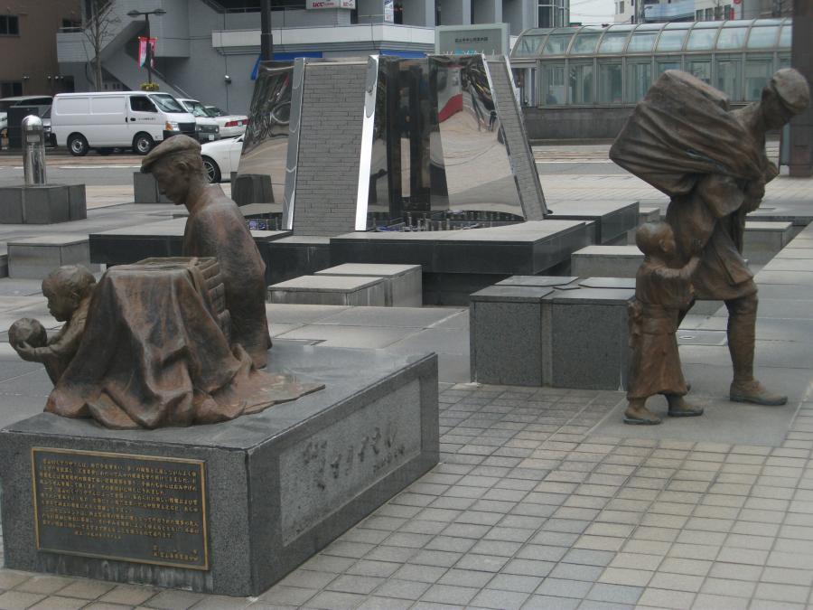 そして駅前にある銅像。やはり ...