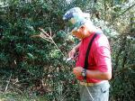 グベ採りの道具を作るパパ