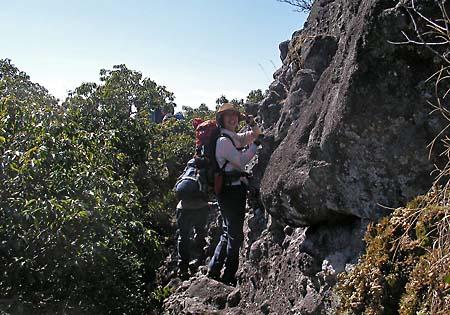 洞窟岩第2峰下部をトラバース