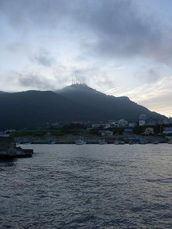 函館山を見上げると雲がかかってました。