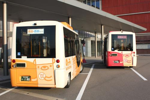 「のっティ」が2台。コースによってバスの色が違います。