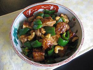焼き鶏肉と焼き厚揚げのカシューナッツ炒め。