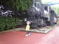 機関車の前で
