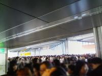 KC290574_ビッグサイト入場待機列ホール前